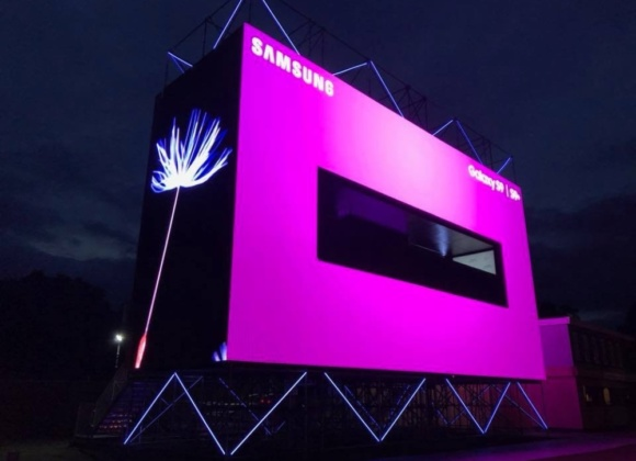 Pink Samsung Galaxy S9 projector screen